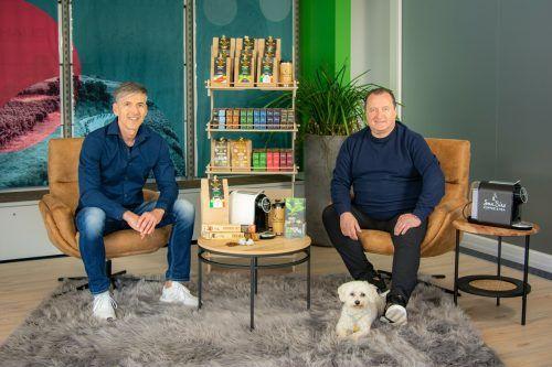 Die San Siro-Geschäftsführer Ing. Wolfgang Schallert (l.) und Heimo Schnalzger (rechts) bieten Kaffee und Tee in Bioqualität und mit CO2-Zertifikat in Österreich an. Fa