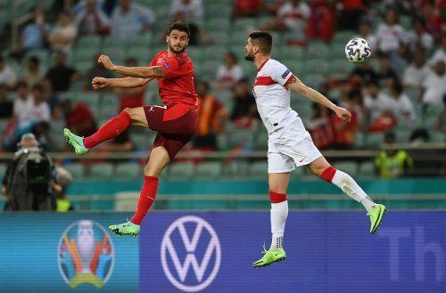 Die Schweizer - hier Loris Benito (l.) - hatten gegen die Türkei das richtige Auge für den Ball, drei Tore waren der Verdienst.REUTERS