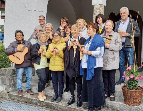 """Die Seniorenbund-Panflötengruppe """"Los Allegres"""" vor der Fatimakapelle in Dornbirn-Gütle.sb"""