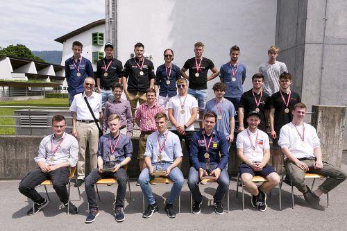 Die Sieger vorne – Bernhard Durchner (2.), Manuel Gaisberger (1.) und Martin Wagner (3.) – gemeinsam mit allen Teilnehmenden. WKV/Mathis