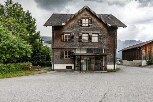 Die Sommerbar 21 findet in der ehemaligen Caritas-Werkstätte beim Bahnhof Tschagguns statt.Manfred Schlatter
