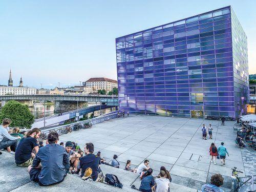 Die Stiege hinter dem Ars Electronica Center ist abends ein beliebter Treffpunkt.