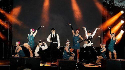 Die Tänzerinnen und Tänzer spannten den Bogen übere mehrere Jahrzehnte Tanzgeschichte. Dance Art