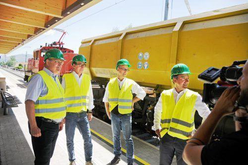 Die Züge fahren wieder: Bürgermeister Rhomberg, Landesrat Rauch, ÖBB-Projektleiter Kölbach und Bürgermeister Staudinger am Bahnhof Hard-Fußach. ajk