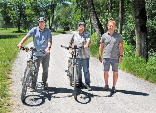 Diese Strecke im Ried wird bald staubfrei: Bürgermeister Elmar Rhomberg, Gemeinderat Walter Pfanner und Bauhofleiter Markus Wirth (von links). AJK/4
