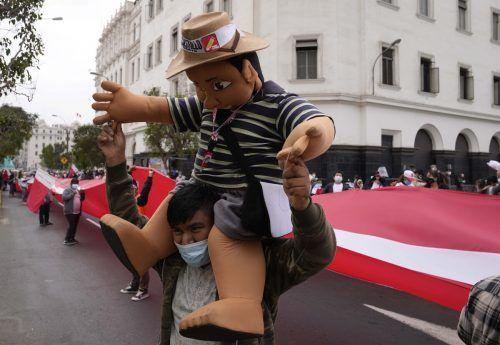 Drei Tage nach der Präsidentschaftsstichwahl inPeruist der Ausgang weiterhin offen. Anhänger beider Kandidaten gehen auf die Straße.AP