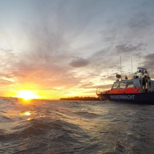 Ein Boot der Wasserwacht Lindau hatte in der Nacht auf der Seemitte das leere Kajak aufgefunden. Ein Unfall wird befürchtet.wasserwacht lindau