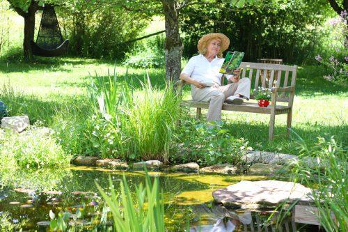 Ein Gartenteich bringt ein Stück Natur in Ihren Garten.iStock