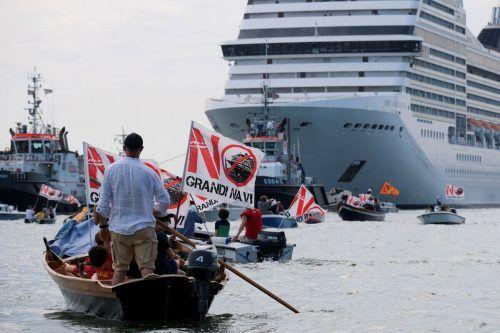 Ein Kreuzfahrtschiff hat unter lauten Protesten in Venedig abgelegt. Reuters
