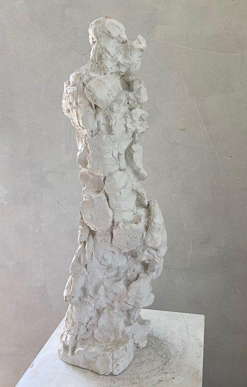 Ein Objekt aus der Werkserie Ellipsoid von Maria Jansa (oben), das Gipsmodell von Udo Rabensteiner (l.) und die Fotografie Nightpiece von Gerold Tagwerker (r.).