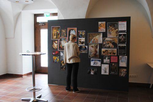 """Eine Collage von """"Bilderfahrzeugen"""" zeigt auf, wie Bildmotive über Jahrhunderte hinweg wirksam sind (Ausstellung im Palais Liechtenstein)."""