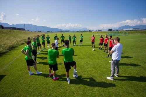 Elf Spieler, zwei Tormänner und das neue Trainerteam lauschten beim Traininsgauftakt von Austria Lustenau den Worten von Vorstandssprecher Bernd Bösch.Steurer