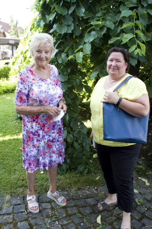 Elfriede (l.) und Daniela Depaoli im gemütlichen Kunstgarten.