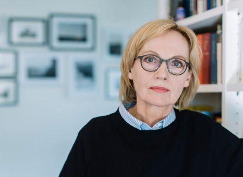 """Eva Schmidt zog als Inspiration und Grundlage für ihren Text das Foto """"The Disturbance"""" des amerikanischen Fotografen Gregory Crewdson (oben links) heran. Lisa Mathis"""