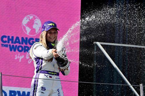 Fabienne Wohlwend durfte als Dritte der Damenserie am Podest der Formel 1 zur Schaum-weindusche antreten.apa