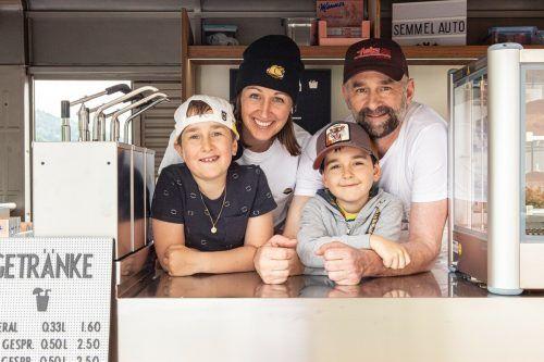 Familie Fetz bietet Leberkässemmeln aus dem Foodtruck an.R. Schneider