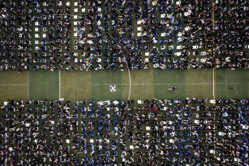 Fast 11.000 Absolventen, darunter über 2000 vom Vorjahr, feiern ihre Abschlusszeremonie in der Central China Normal University in Wuhan. AFP