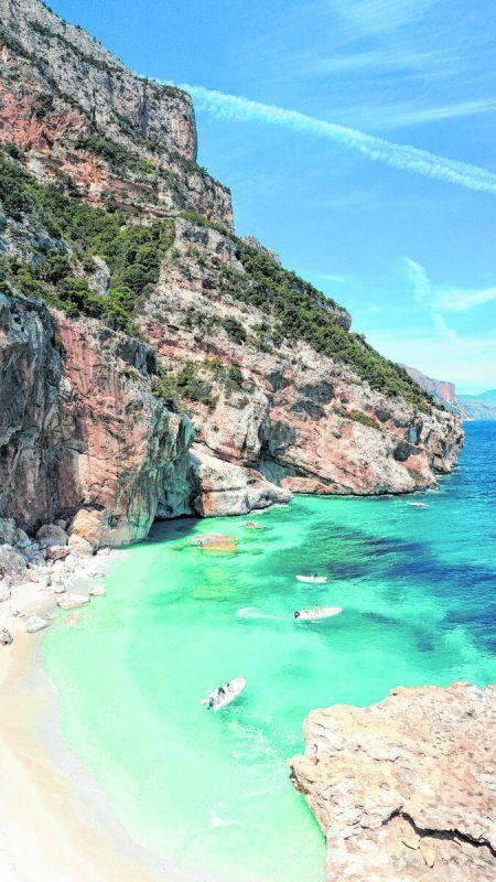 Auch der Cala dei Gabbiani ist nur mit dem Boot oder zu Fußerreichbar, dafür aber wunderschön. Unsplash/Katie Kalmykova