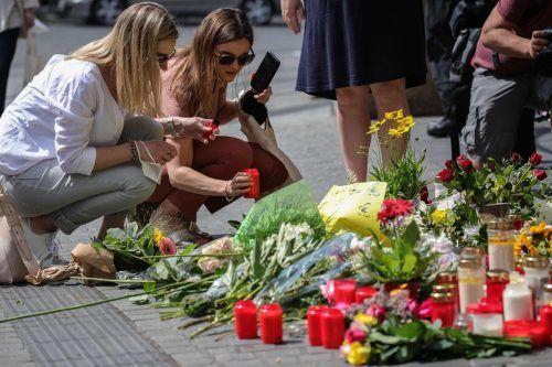 Für die Opfer werden Blumen niedergelegt und Kerzen angezündet. AFP