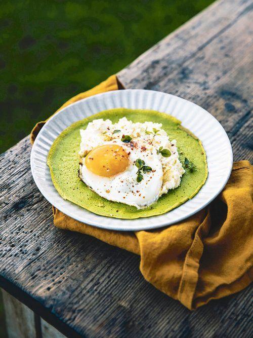 Frühstückspancakes einmal pikant statt süß: Mit Bergkäse und Spinat im Teig und mit Topfen und Ei belegt.Alma/Rupp AG