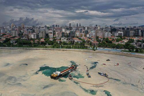 Für die Rettung des mit Schleim bedeckten Marmara-Meeres bleibt nur wenig Geld übrig.REUTERS