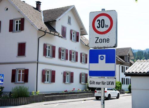 Für etliche Gemeindestraßen in Kennelbach gilt bereits Tempo 30 wie hier für die Dorfstraße. Nun folgen Grundlagen für eine flächendeckende Geschwindigkeitsreduktion. ajk