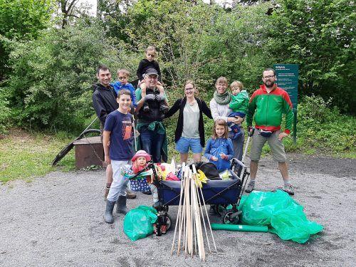 Geschafft. Die Müllpiraten-Gruppe am Rohr ist zufrieden mit ihrer großen Ausbeute.bvs (3)