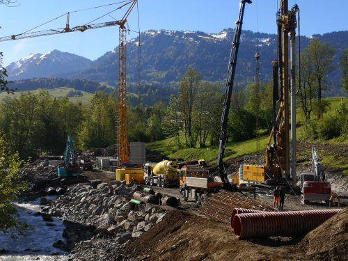 Großbaustelle in Egg: Derzeit sind Pilotierungsarbeiten für das Kinderhaus im Gange. Die Fertigstellung ist für September 2022 vorgesehen. me