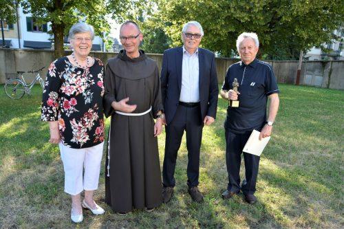 Guardian Pater Maxentius mit Waltraud Zech (links), Klostervater Elmar Mayer (2.v.r.) und Armin Gstir.  EH (3)