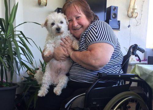 Gudrun Flor-Loner mit ihrem Hund Samy. Er ist seit zehn Jahren an ihrer Seite. KUM
