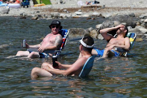 Hitzegeplagte suchen Abkühlung im Alouette-See in British Columbia. RTS
