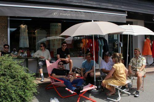 """""""Hitzeresistente"""" wagten sich bei über 30 Grad auf die Flaniermeile und genossen die Siesta auf bereitgestellten Liegestühlen und Sesseln bei Evelyn SchönSein."""