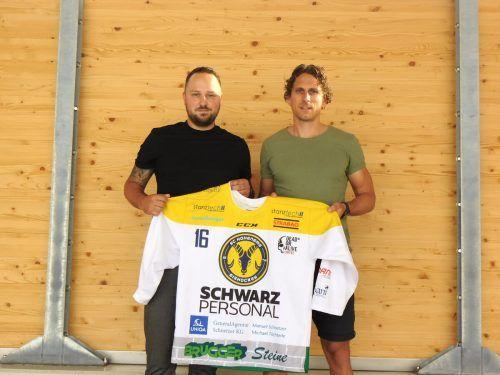 HSC-Präsident Michael Töchterle übergibt Martin Grabher-Meier seinen Dress für die kommende Saison.mima