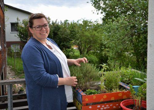 Ihren Kräutergarten auf dem Balkon pflegt Iris Lins mit viel Liebe. HRJ
