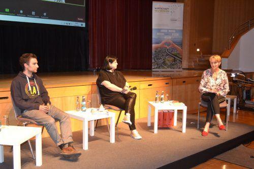 Im Anschluss an den Filmabend gab es Gelegenheit zum Austausch. Am Podium: Anke Burtscher (virtuell), Johannes Hartmann, Dunja Thaler und Ulrike Amann.EM