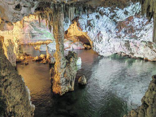 Im Inneren der Grotte kommt man schon nach kurzer Zeit zu einem Salzsee. Shutterstock