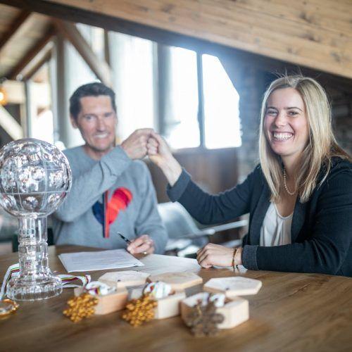 Im Outletcenter der Skifirma Rossignol in Saint-Jean-de-Moirans unterschrieb Katharina Liensberger bei Rennsportchef Stéphane Mougin den neuen Ausrüstervertrag. ro