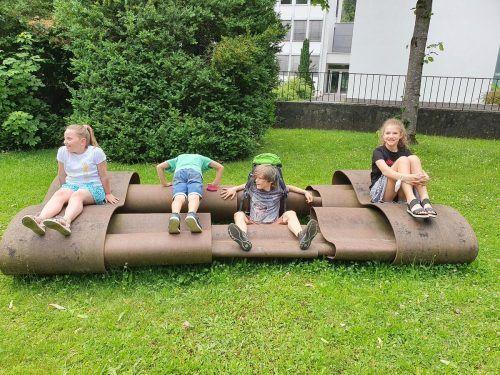 Im Skulpturen-Park der Villa Claudia war bei der Kunstvermittlung für Kinder nicht nur schauen, sondern auch besteigen erlaubt. Ritter