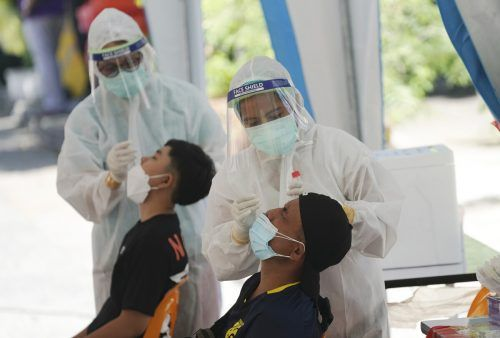 In Bangkok, Thailand, werden Menschen auf das Coronavirus getestet. In mehreren südostasiatischen Staaten stiegen die Infektionen stark an. AP