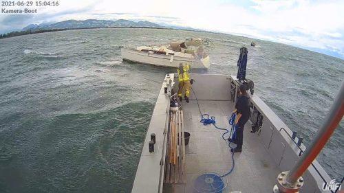 In der Harder Bucht geriet ein Boot in Seenot. Feuerwehr Hard