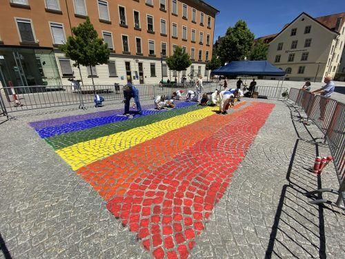 In Feldkirch griffen die Politikerinnen und Politiker selbst zum Pinsel und malten einen großen Regenbogen auf den Platz vor dem Montforthaus. VOL.at/Mayer