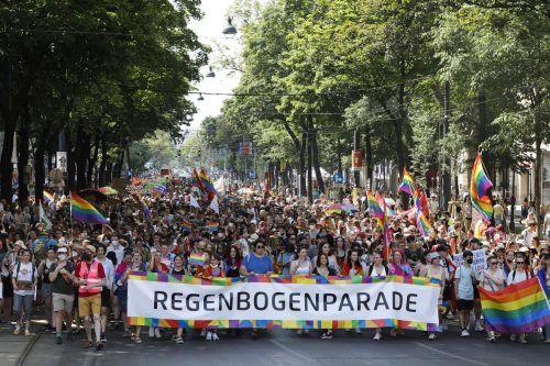 """In Wien gingen bereits am Samstag mehrere Zehntausend Menschen unter dem Motto """"Stay safe, stay proud"""" auf die Straße. AP"""