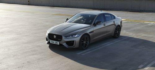 Jaguar-XE-Styling im Stil des Hauses: kein Schnörkel zu viel. Mit schlichter und unaufgeregter Eleganz stets auf dem Sprung – ganz nach Großkatzenart.
