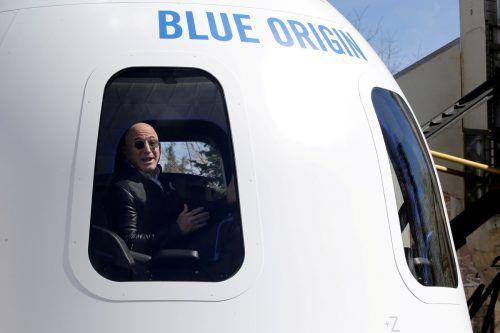 Am 20. Juli sollen neben Jeff Bezos auch sein Bruder Mark, der erfolgreiche Bieter und eine vierte Person in der Kapsel Platz nehmen. reuters