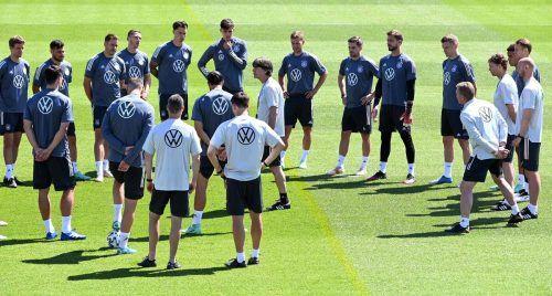 Jogi Löw lauschen: Deutschlands Nationalmannschaft hört beim Nationalteamtrainer die Taktik gegen Portugal ab.apa