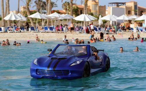 Karim Amin ist einer von drei Ägyptern, die ein schwimmendes Auto entwickelt haben. Vor Alexandrias Küste macht er eine Probefahrt. reuters