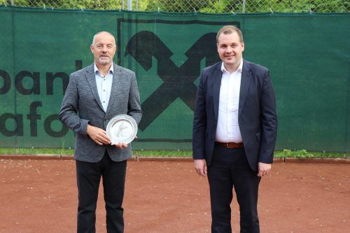 Karlheinz Pröckl (l.) gab an Lothar Zudrell (r.) das Obmannamt ab. Nach 24 Jahren an der Spitze wurde Pröckl die Ehrenmitgliedschaft verliehen. MEk
