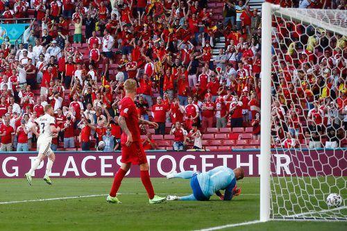 Kevin De Bruyne (l.) dreht ab, nach feiner Kombination und Zuspiel von Eden Hazard erzielt er mit einem strammen Schuss vom Sechzehner den 2:1-Siegtreffer.apa