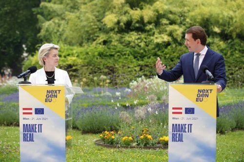 Kommissionspräsidentin Von der Leyen überbrachte Kanzler Kurz am Montagin Wien die gute Nachricht.AP