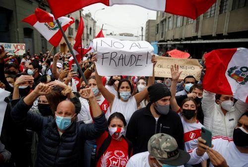 Kopf-an-Kopf-Rennen nach Präsidentenwahl in Peru: Pedro Castillo liegt knapp in Führung. Anhängervon Keiko Fujimorigingen auf die Straße. RTs